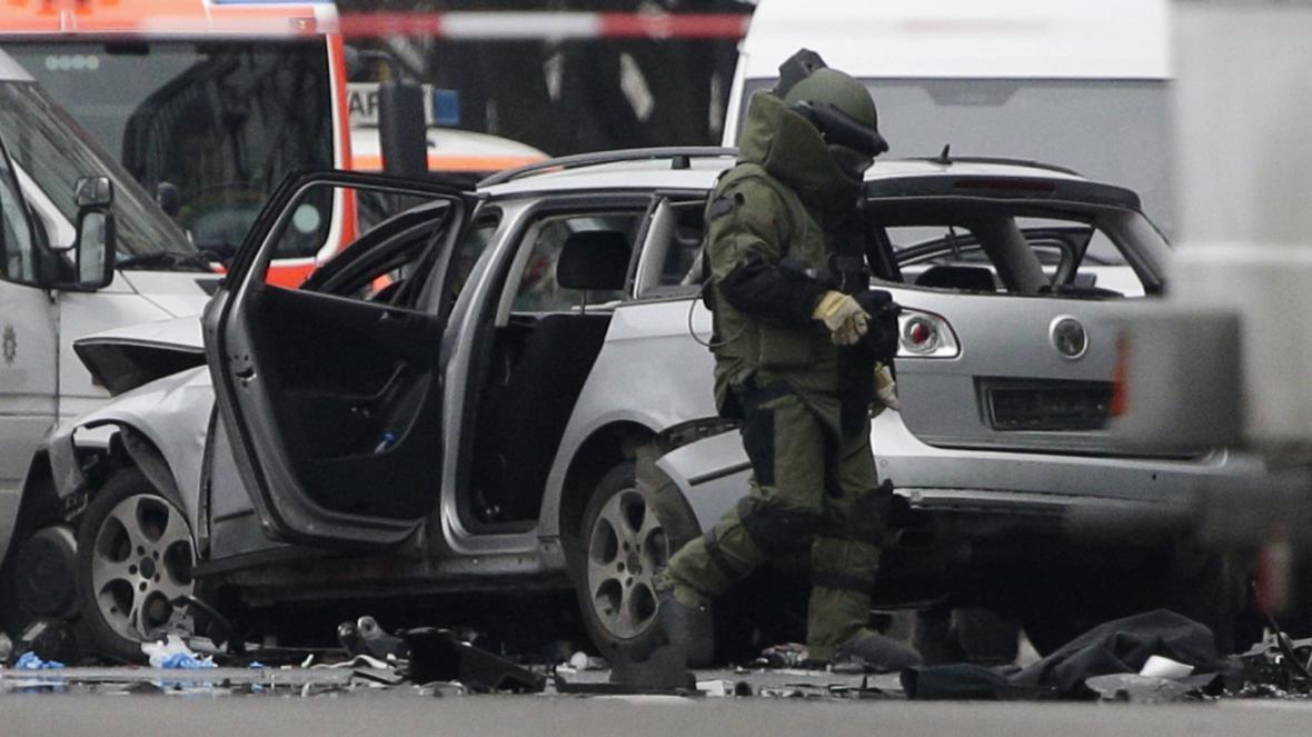 Pyrotechnik u zničeného auta