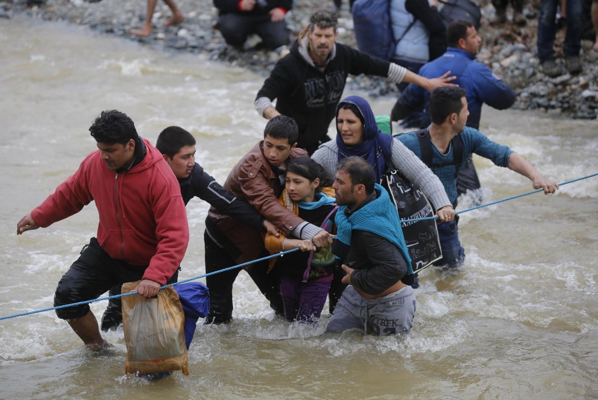Uprchlíci se snaží dostat přes řeku u hranice Řecka a Makedonie