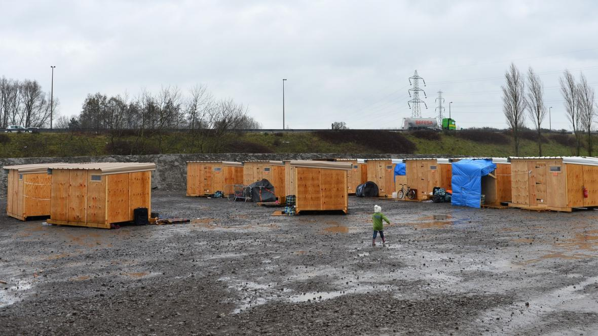 Přístřešky nového tábora u Calais