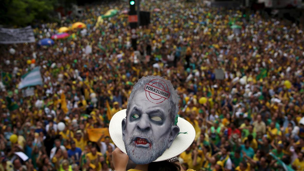Lula da Silva na masce při demonstracích proti brazilské prezidentce