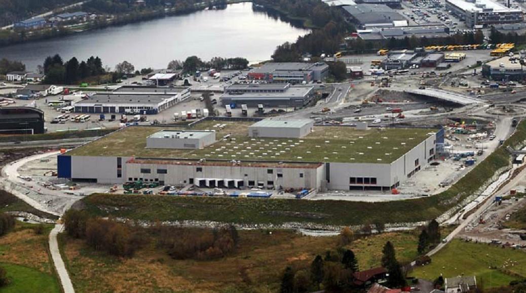 Zelená střecha na obchodním domě Ikea v norském Bergenu