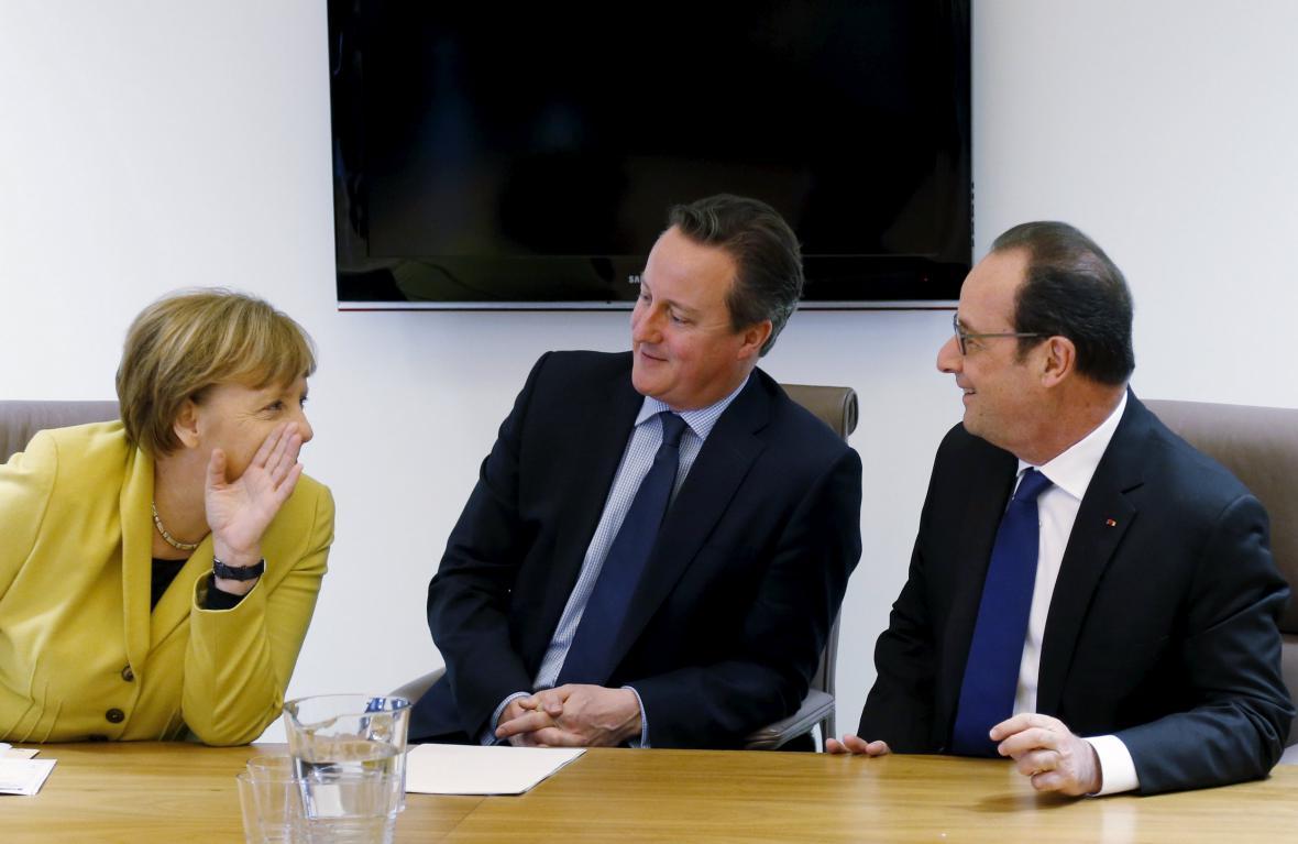 Angela Merkelová, David Cameron a Francois Hollande během summitu