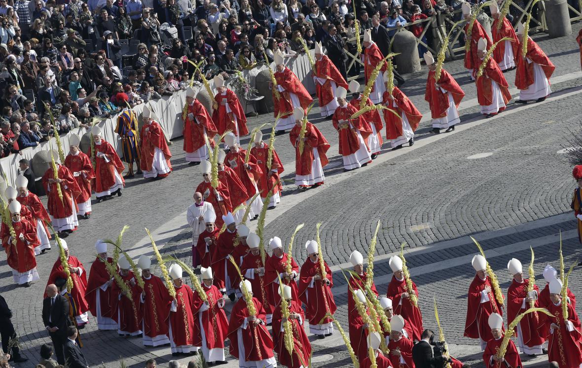 Kardinálové v průvodu s palmovými ratolestmi