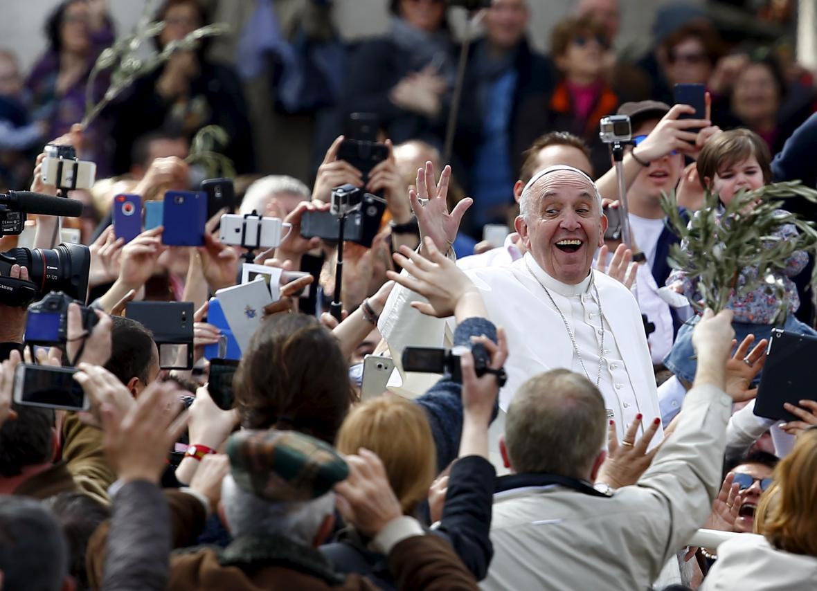 Papež František zdraví návštěvníky mše o Květné neděli na Náměstí sv. Petra