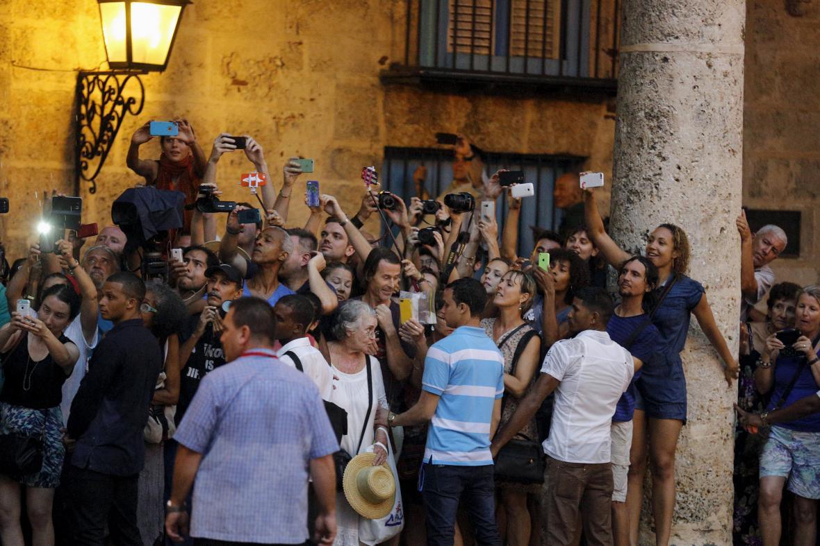 Turisté a místní si v Havaně fotí amerického prezidenta