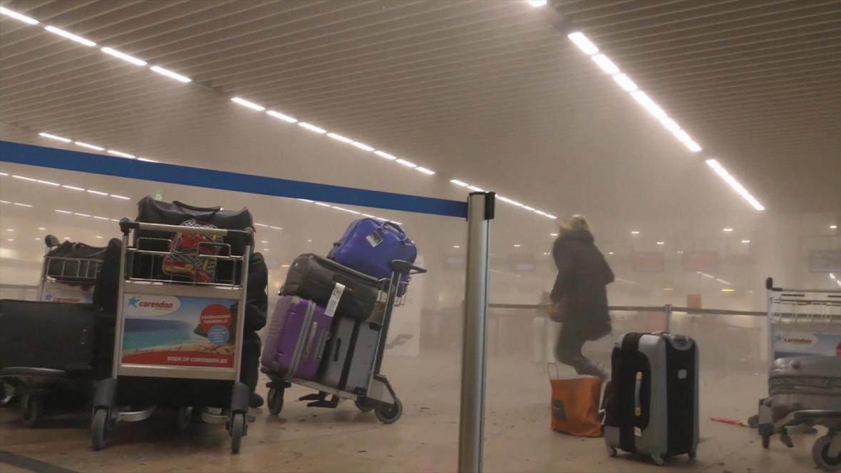 Následky výbuchu na bruselském letišti