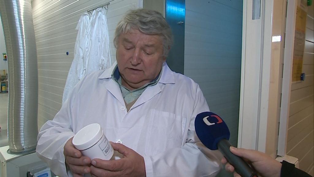 Jednatel společnosti Elcoplast Ladislav Krajča odbavuje první várku léčebného konopí