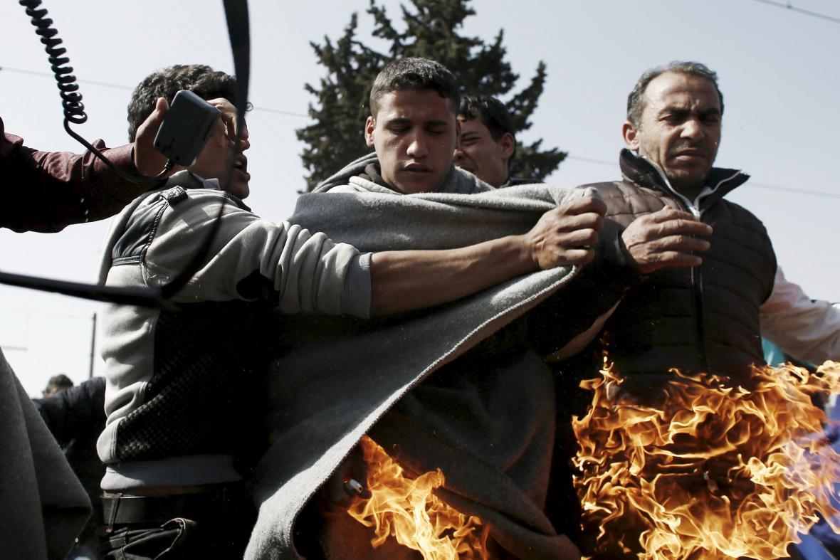 Dva uprchlíci v Idomeni se na protest pokusili zapálit