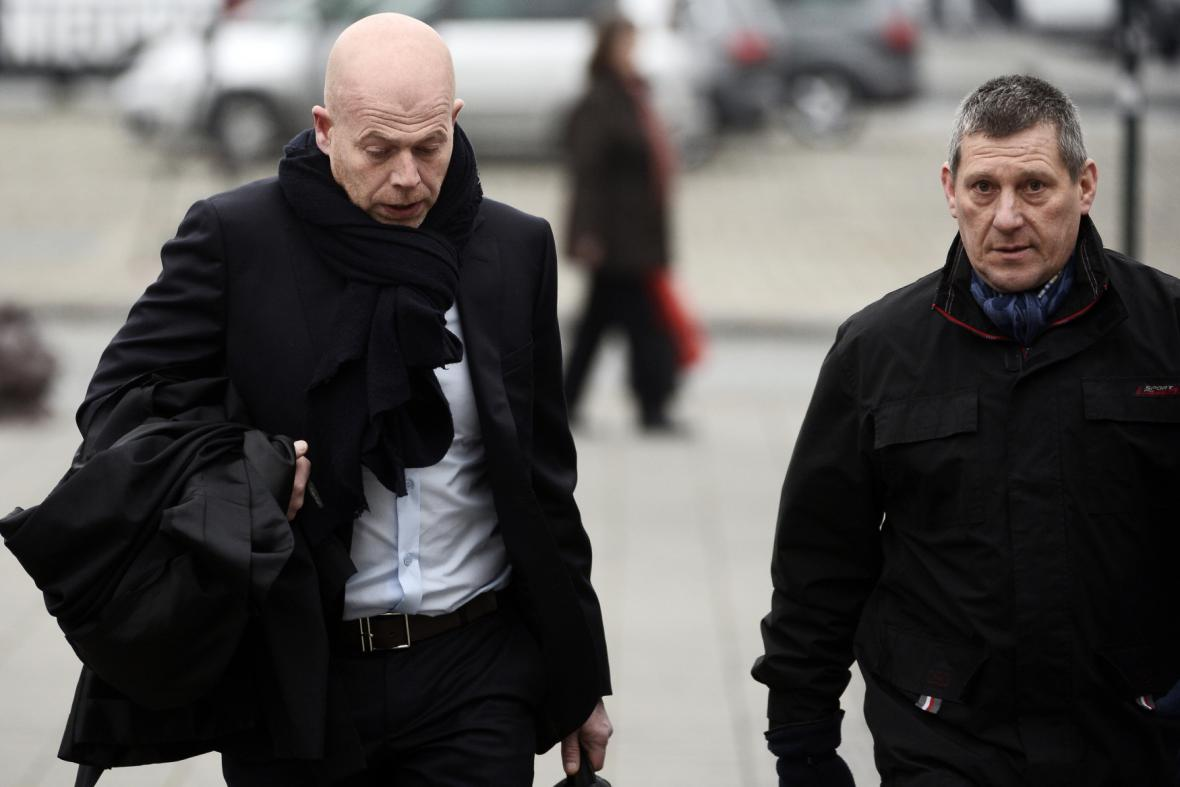 Vlevo právník Salaha abdeslama Sven Mary