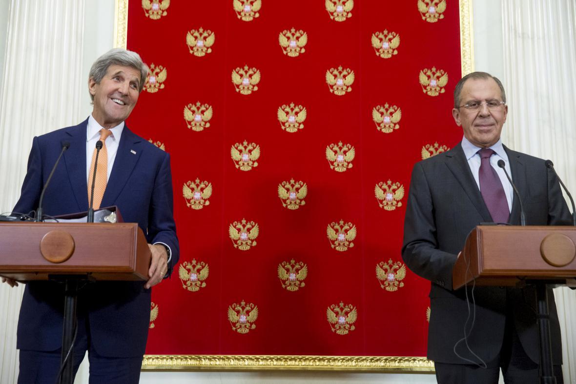 Kerry a Lavrov na společné tiskové konferenci