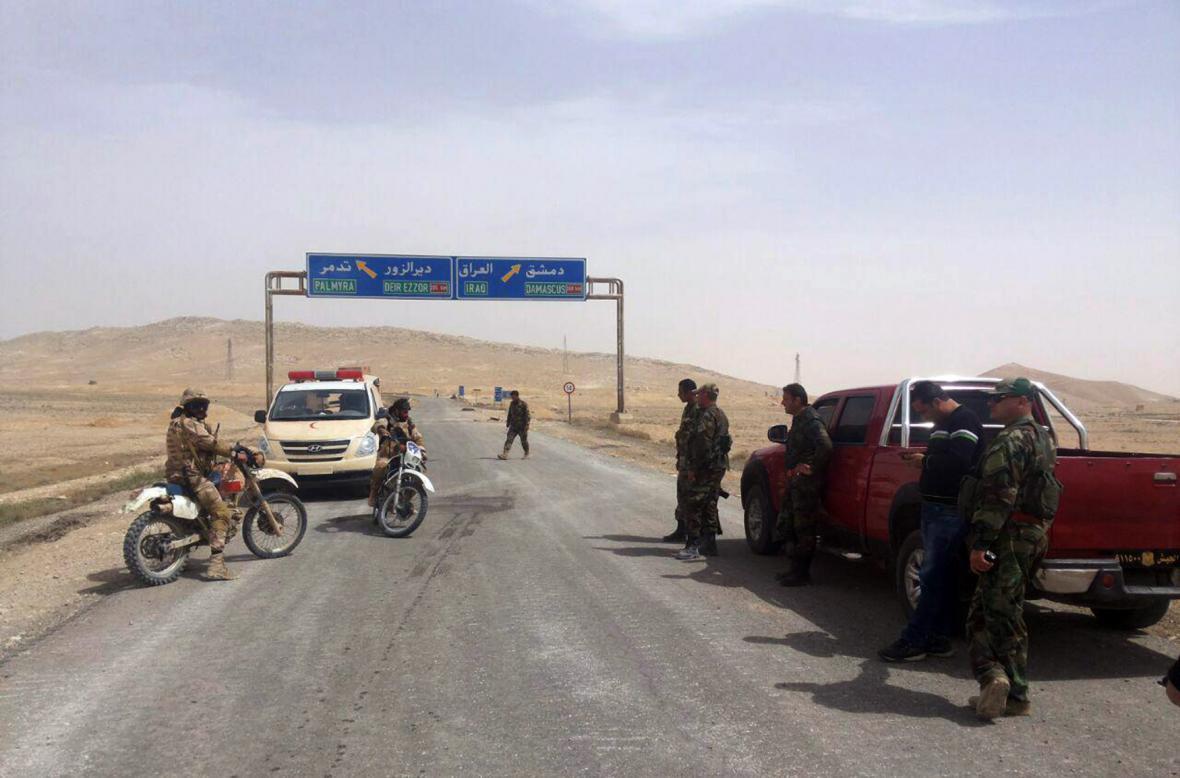 Syrští vojáci kontrolují přístup do Palmýry