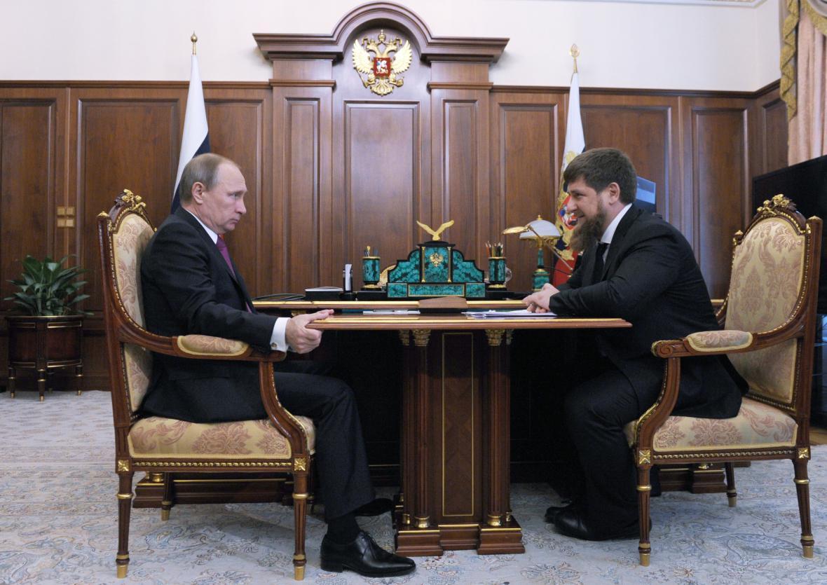 Vladimir Putin (vlevo) a Ramzan Kadyrov