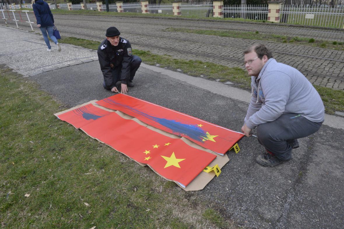 Poškozené čínské vlajky v Praze