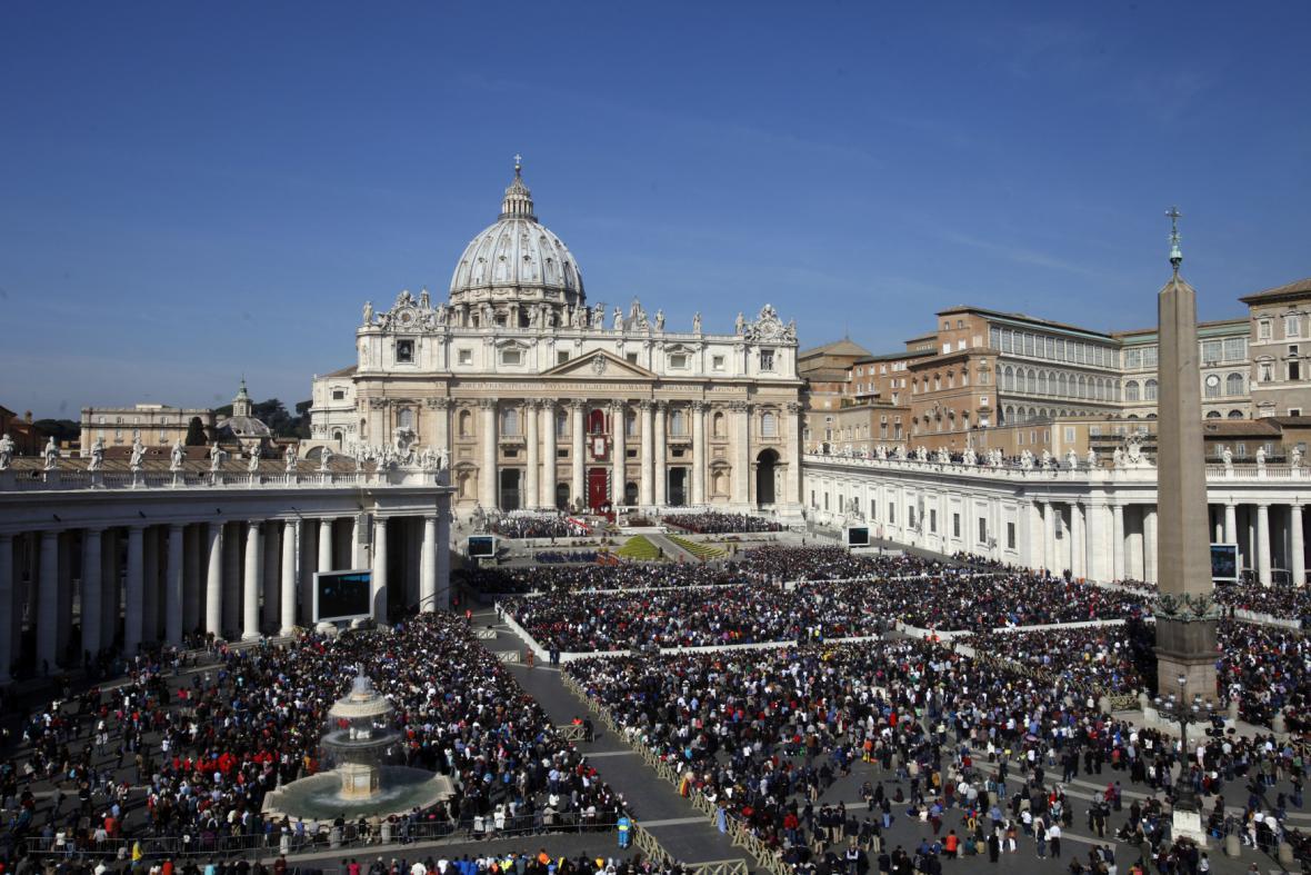 Tisíce lidí čekají ve Vatikánu na papežovo velikonoční poselství