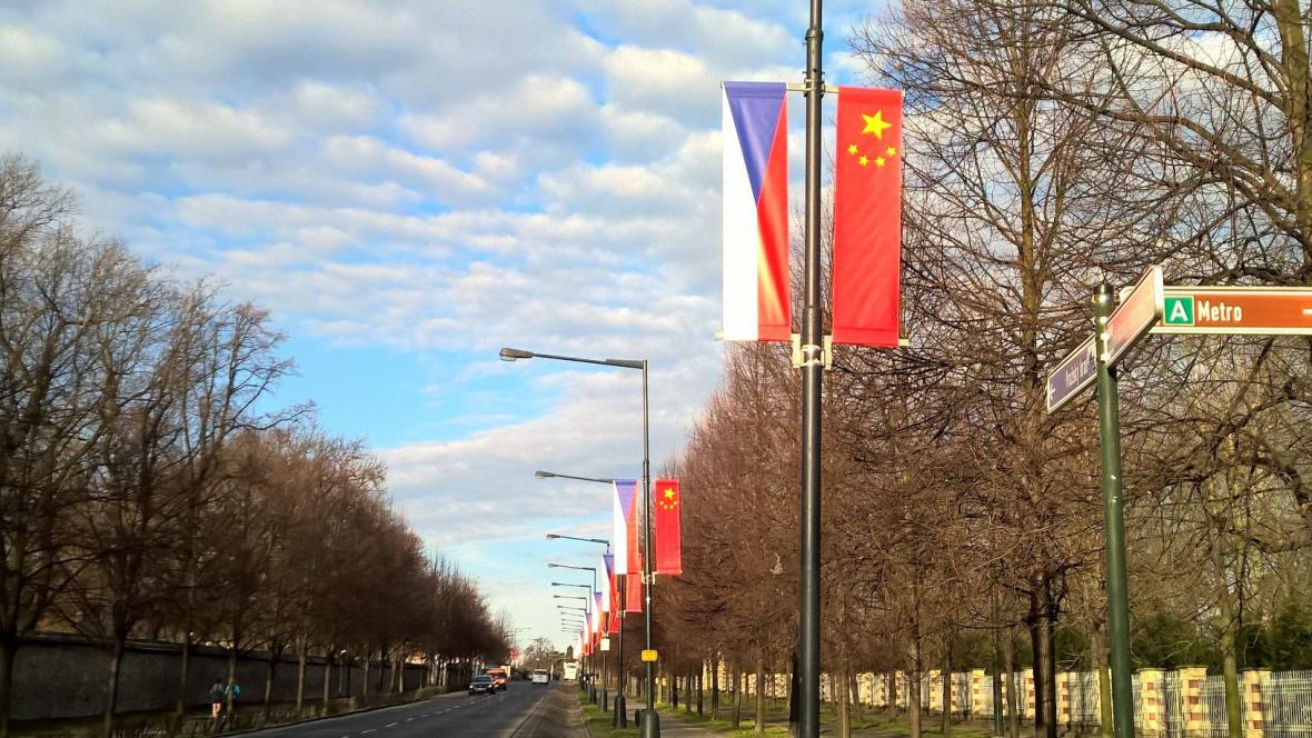 Čínského prezidenta opět vítají vlajky