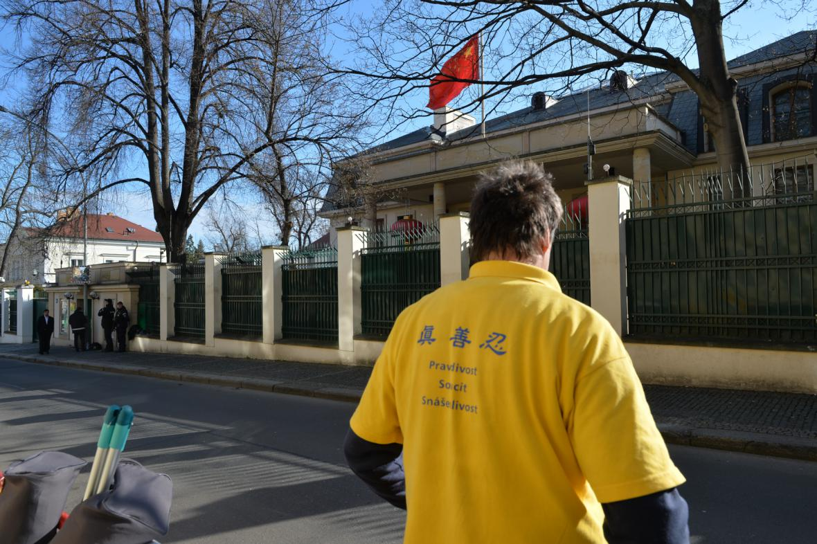 Aktivisté před čínskou ambasádou v Praze