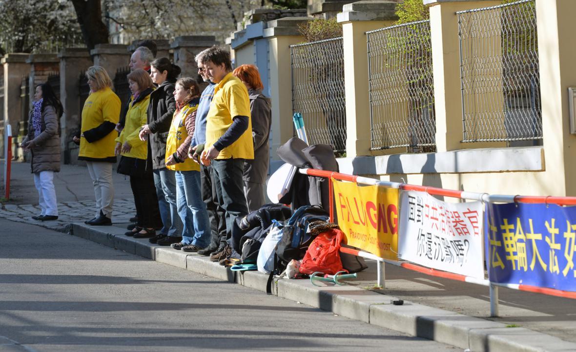 Protest hnutí Fa-lun-kung před čínskou ambasádou v Praze