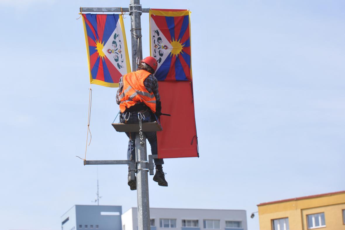 Tibetská vlajka vyvěšená na protest proti příjezdu čínské delegace