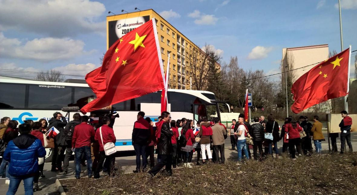 Autobusy s Číňany na Evropské třídě