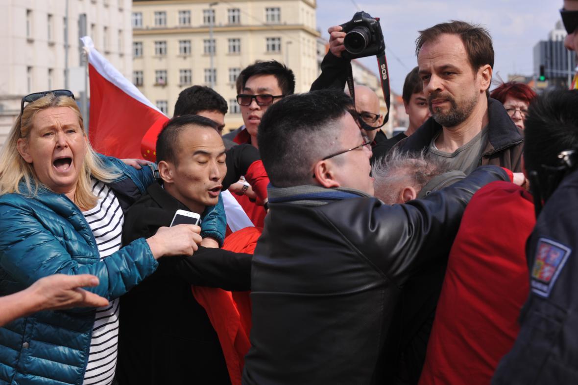 Rvačka mezi příznivci a odpůrci čínského režimu
