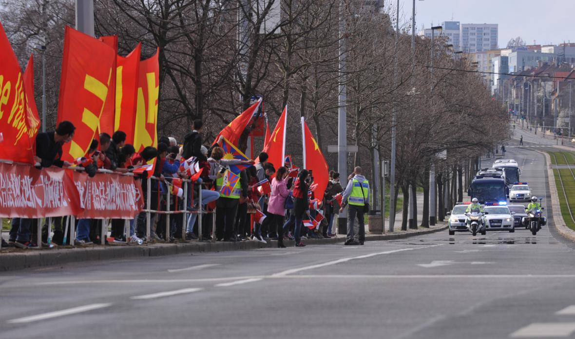 Kolona s čínským prezidentem jela přes Evropskou třídu