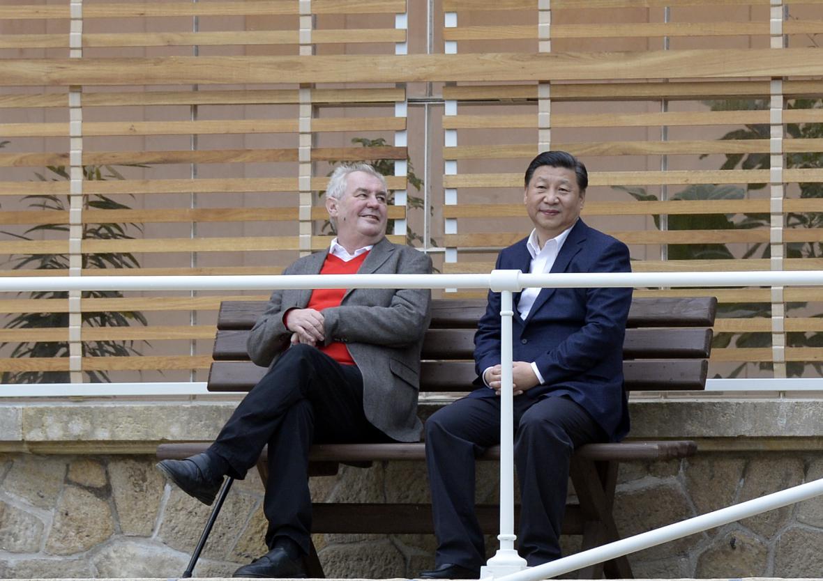 Miloš Zeman a Si Ťin-pching ve skleníku v Lánech