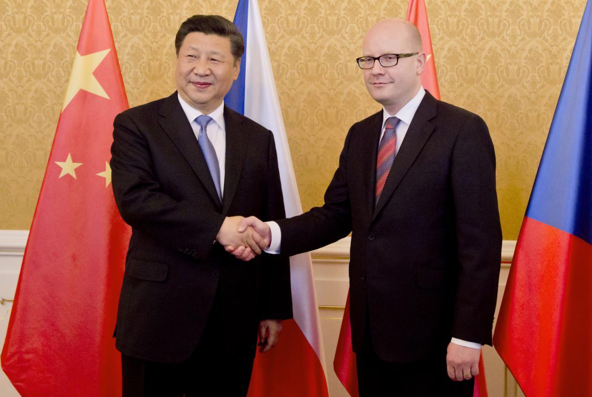 Čínský prezident Si  Si Ťin-pching a český premiér Bohuslav Sobotka