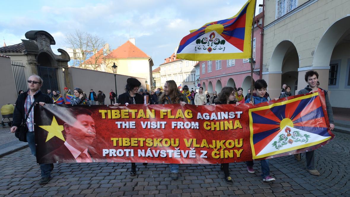 Odpůrci čínského režimu v Loretánské ulici v Praze