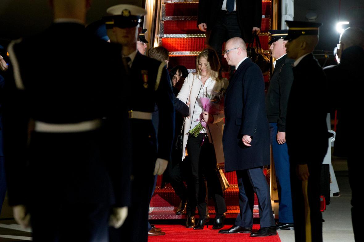 Bohuslav Sobotka s manželkou po příletu do Washingtonu