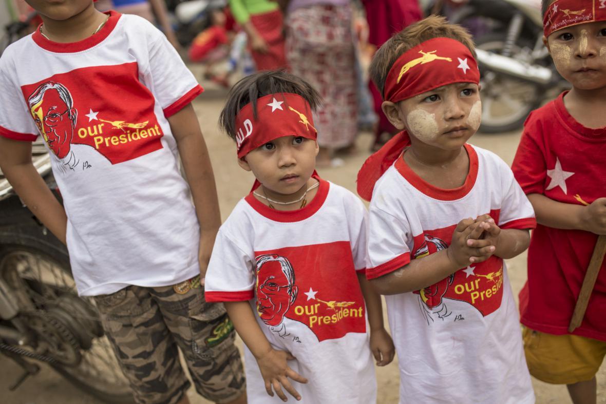 Dětští příznivci nové barmské vlády
