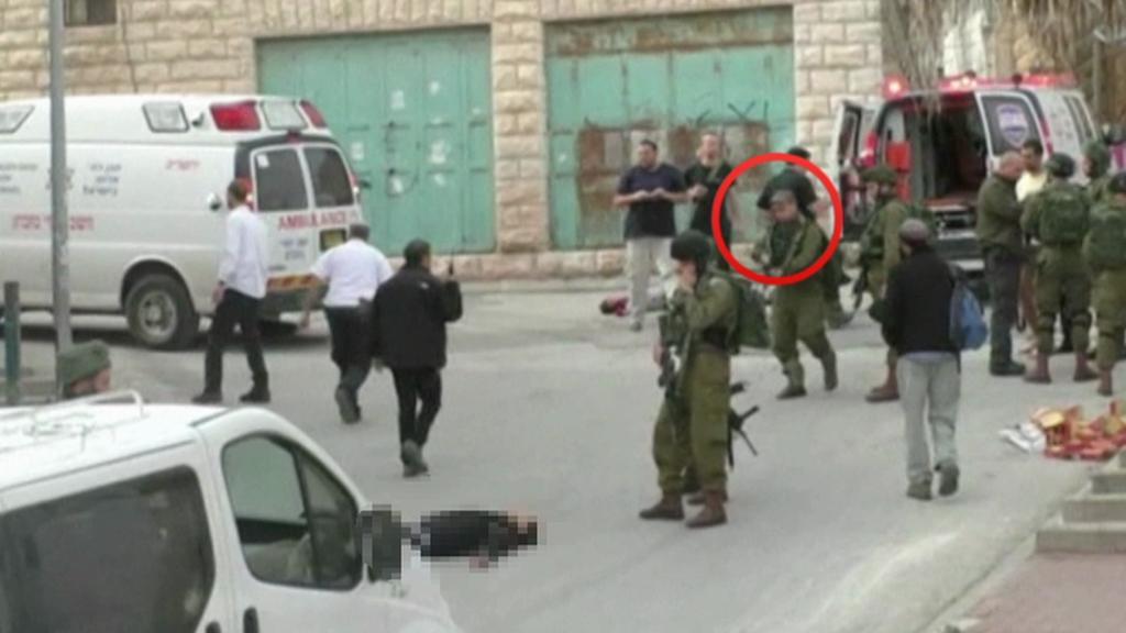 Izraelský voják zastřelil už zneškodněného teroristu