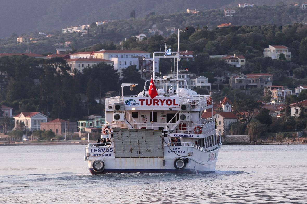 První loď s migranty vyplouvá z přístavu Mytiléna