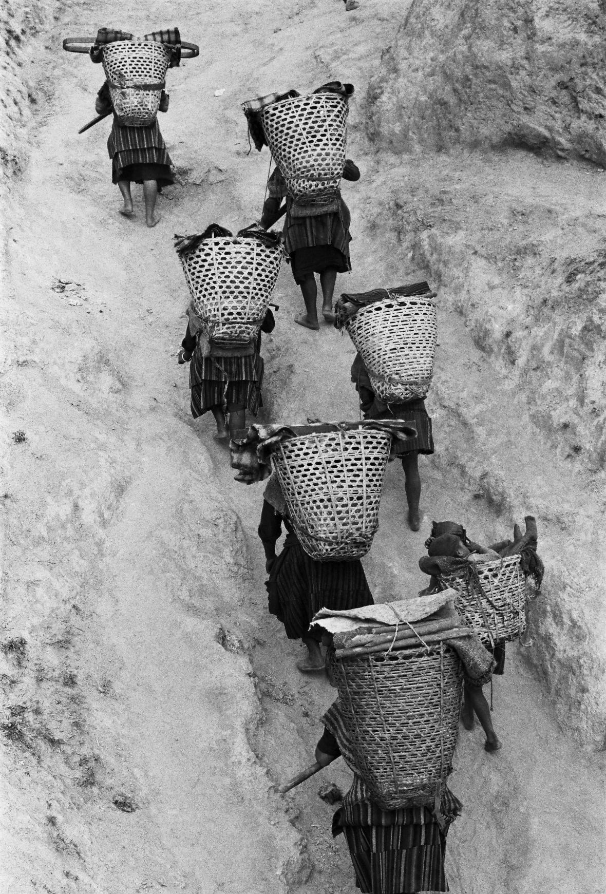 Petr Sirotek / Nosiči, Nepál 1973
