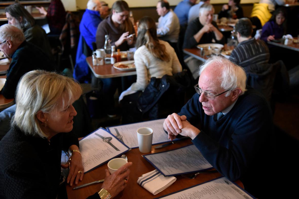 Bernie Sanders v hovoru s bývalou guvernérkou Wisconsinu Barbarou Lawtonovou