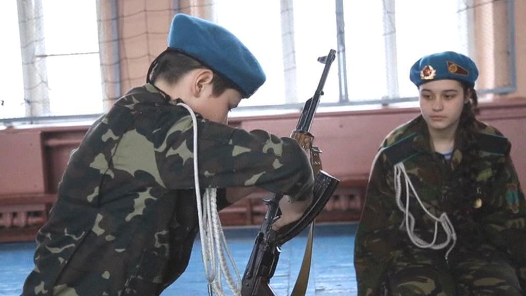 Ukrajinské děti se učí se zbraněmi