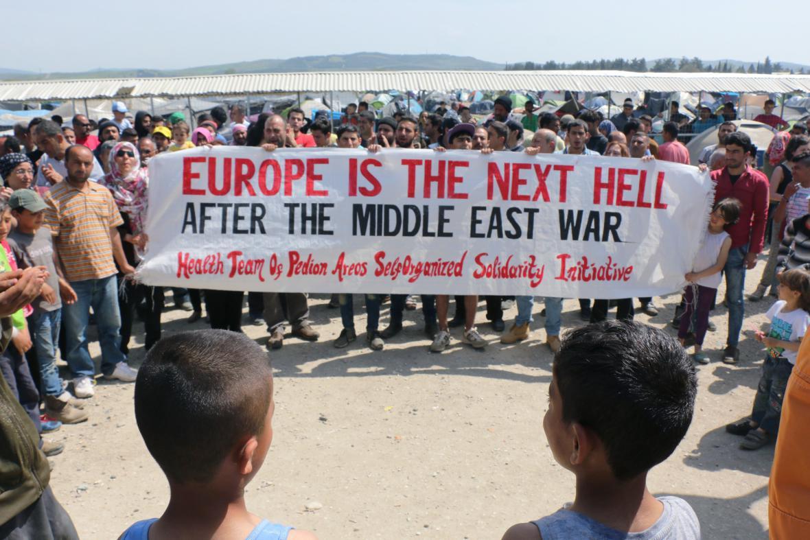 Protesty uprchlíků na uzavřené řecko-makedonské hranici