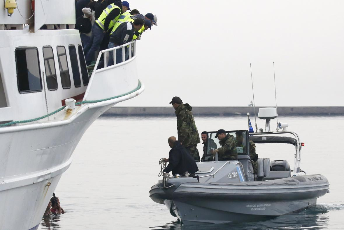 Protestující se snažili zastavit loď s deportovanými běženci