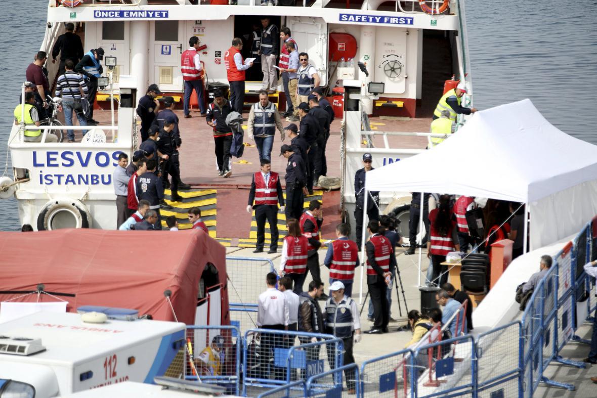 Migranti vrácení z Řecka dorazili do Turecka