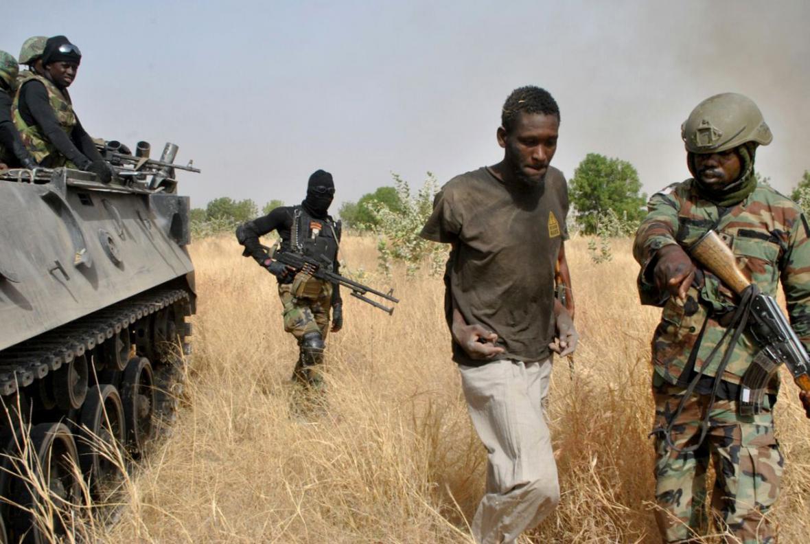 Nigerijští vojáci odvádějí jednoho z teroristů