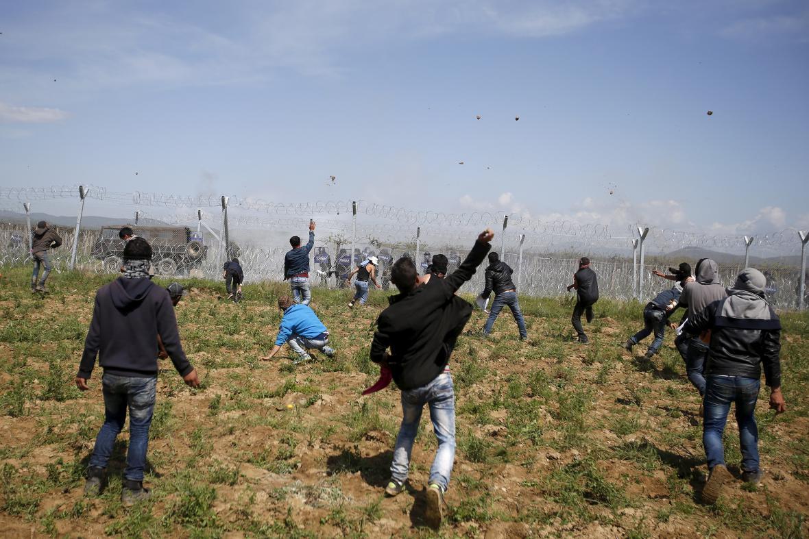 Uprchlíci hází na makedonskou policii kameny