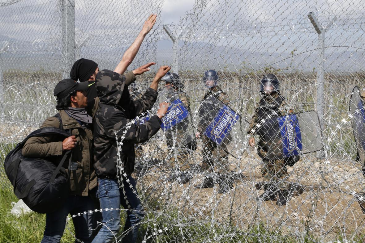 Migranti se snaží proniknout přes řecko-makedonskou hranici u města Idomeni