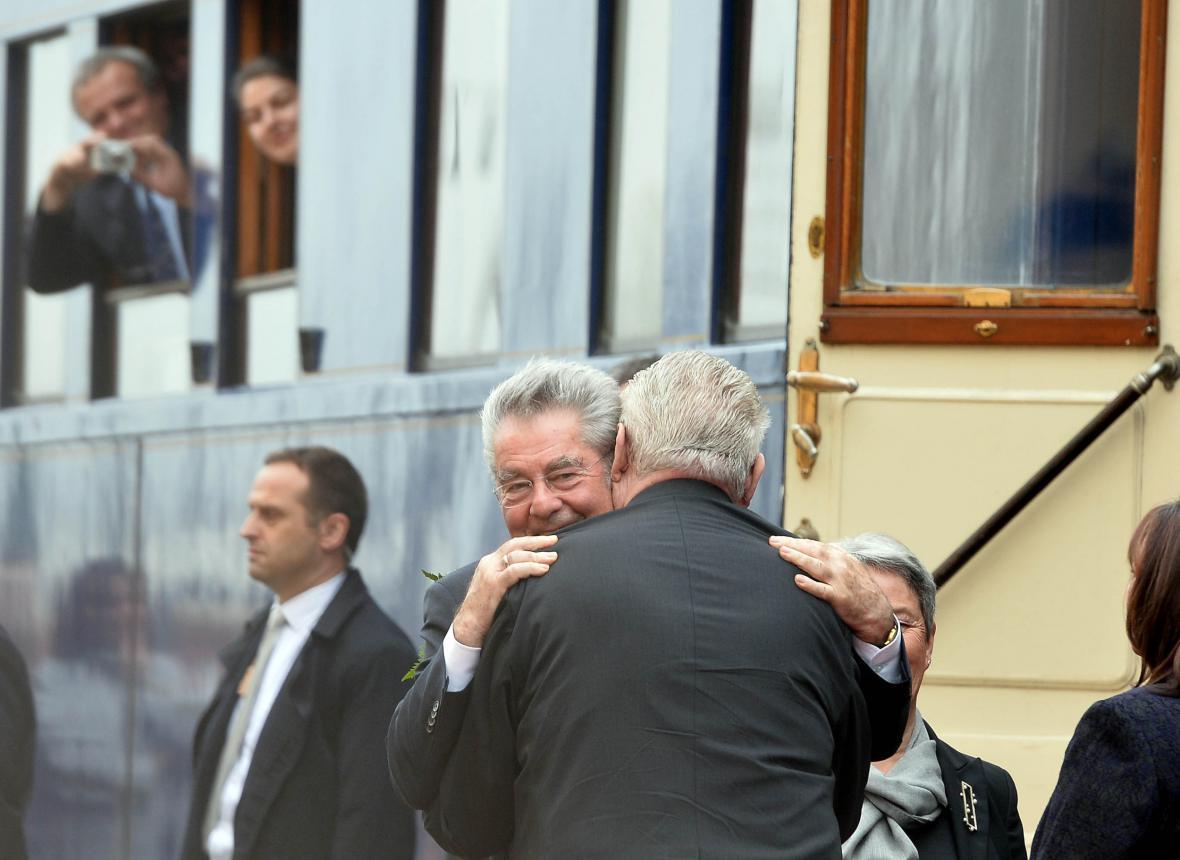 Heinz Fischer a Miloš Zeman v objetí