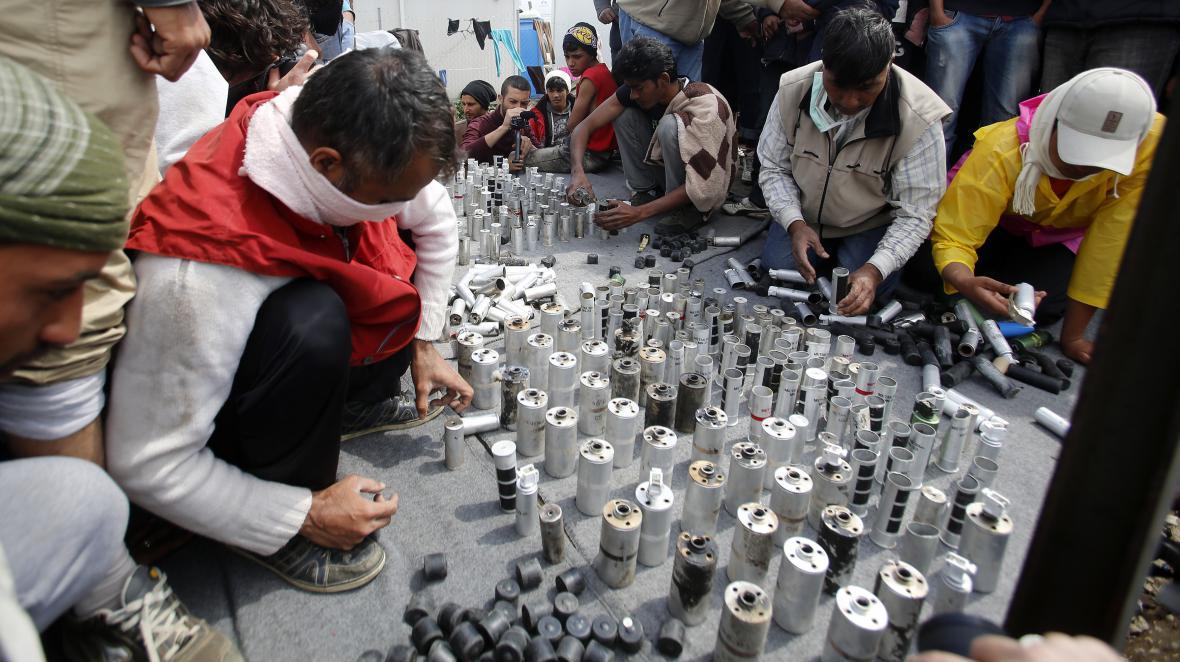 Uprchlíci shromáždili použité gumové projektily a nádoby od slzného plynu, které v neděli použila makedonská policie