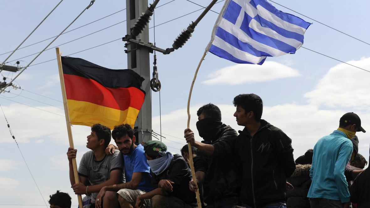 Migeanti s německou a řeckou vlajkou