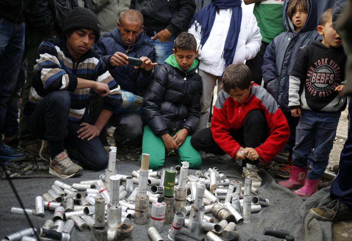 Uprchlíci shromáždili gumové projektily a nádoby od slzného plynu, které byly proti nim použity