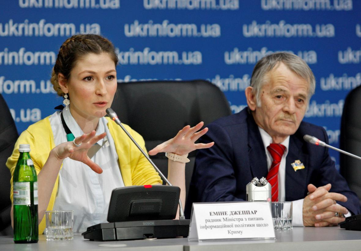 Představitelé krymských Tatarů (vpravo Mustafa Džemilev)