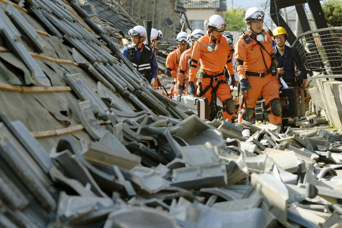 Japonští záchranáři v sutinách
