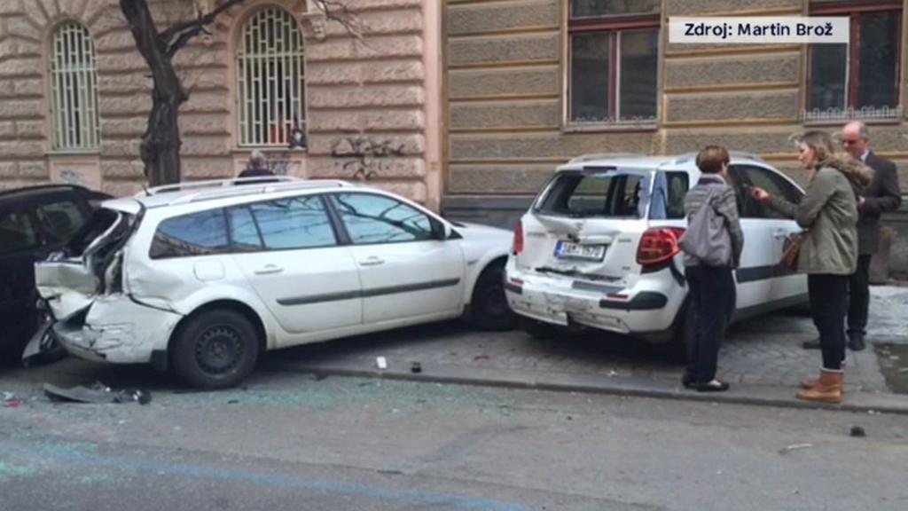 Nabouraná auta po jízdě opilého policisty Kadlece