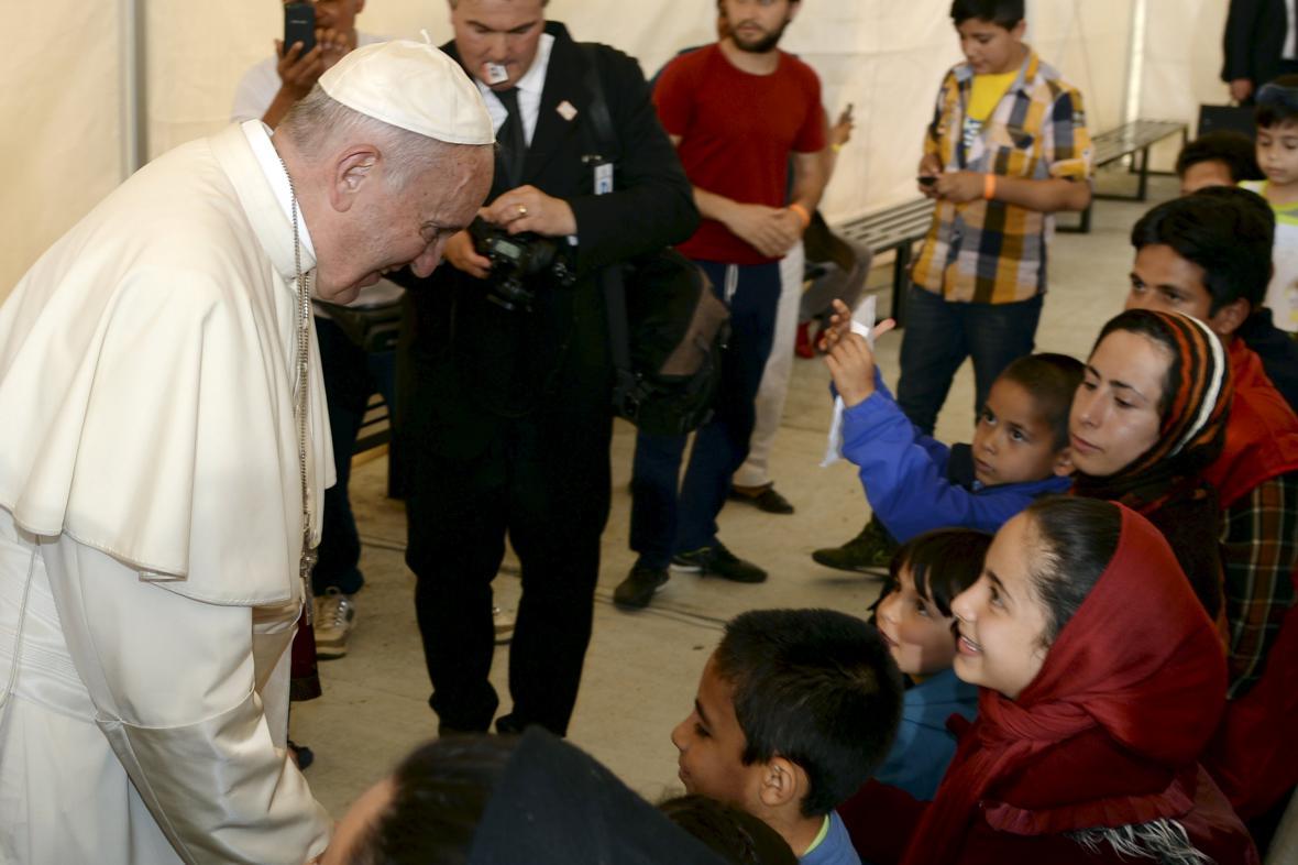 Papež s běženci na Lesbu