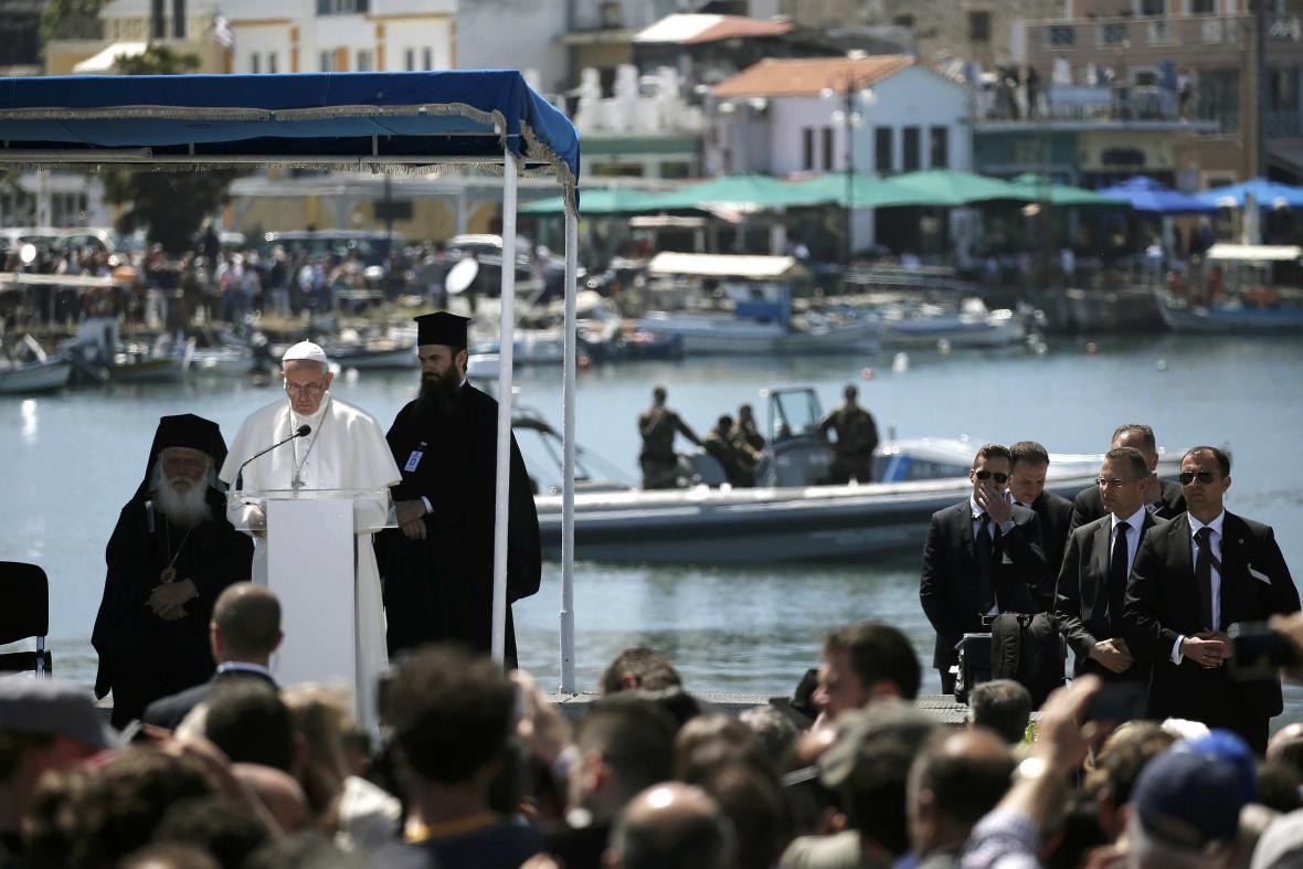 Papež František podpořil uprchlíky na Lesbu